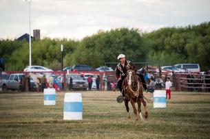 パタゴニアの牧場(エスタンシア)の牧童(ガウチョ)の騎馬祭(ヒネテアーダ)の写真素材 [FYI02679215]