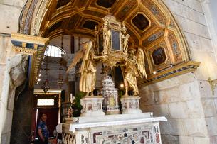 スプリット旧市街、聖ドムニウス大聖堂の祭壇の写真素材 [FYI02679257]