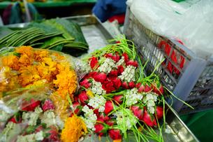 バンコクの屋台で売られる花輪の材料の写真素材 [FYI02679263]