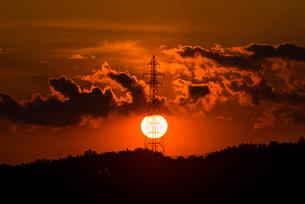 夕日と鉄塔の写真素材 [FYI02679298]