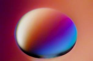 偏光撮影した水滴のクローズアップの写真素材 [FYI02679304]