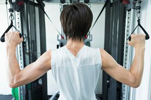 ジムでトレーニングする男性の後ろ姿の写真素材 [FYI02679308]