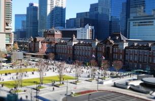 東京駅舎と駅前広場の写真素材 [FYI02679339]