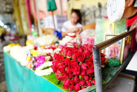 バンコクの屋台で売られるプアンマーライの材料となるバラの写真素材 [FYI02679347]