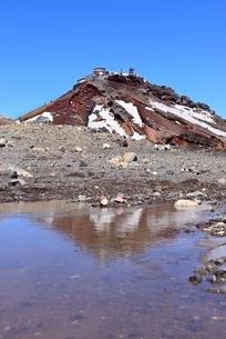 富士山山頂 コノシロ池に映る剣ヶ峰の写真素材 [FYI02679352]