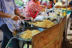 タイ・バンコクの屋台のタイ料理の写真素材 [FYI02679404]