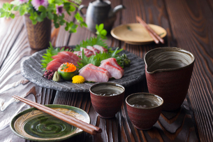 日本酒とお刺身4点盛りの写真素材 [FYI02679418]