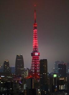 開業60周年の特別イルミネーションにライトアップされた東京タワーの写真素材 [FYI02679423]
