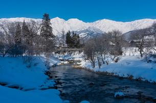 大出の吊り橋越しに望む白馬三山の写真素材 [FYI02679517]