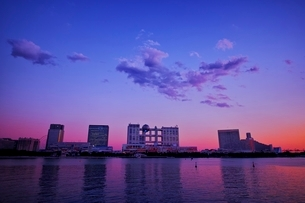 夕焼け色に染まるお台場の街並みの写真素材 [FYI02679545]
