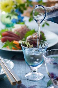 日本酒とお刺身3点盛りの写真素材 [FYI02679588]