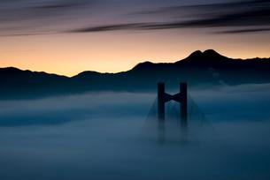 秩父公園橋と雲海の写真素材 [FYI02679597]
