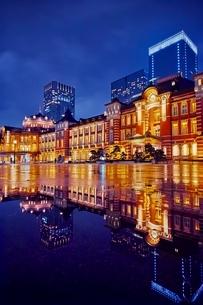 雨上がりの東京駅夜の写真素材 [FYI02679684]