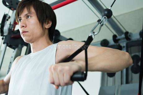 ジムでトレーニングする若い男性の写真素材 [FYI02679700]