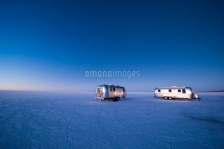ウユニ塩湖で夜明けを迎えるキャンピングカーの写真素材 [FYI02679711]