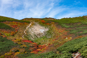 赤岳第三雪渓付近の紅葉の写真素材 [FYI02679844]