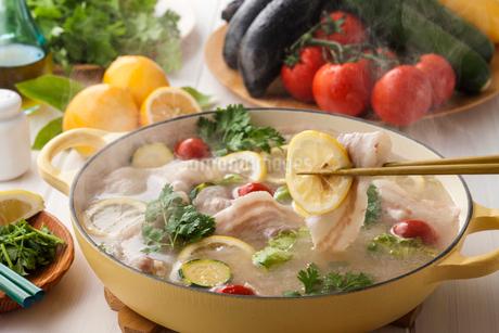 塩レモン鍋の写真素材 [FYI02679857]