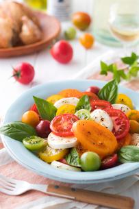 トマトとモッツァレラチーズのサラダの写真素材 [FYI02679860]