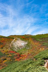 赤岳第三雪渓付近の紅葉の写真素材 [FYI02679881]