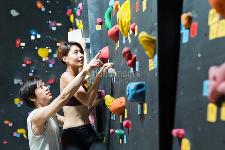 ボルダリングをする若い男女の写真素材 [FYI02679893]