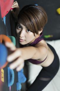ボルダリングをする若い女性の写真素材 [FYI02680008]