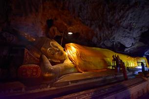 カオ・ルアン洞窟寺院 涅槃仏の写真素材 [FYI02680187]