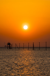 木更津久津間海岸の海中電柱と夕日の写真素材 [FYI02680207]