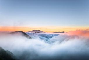雲海 夕景の写真素材 [FYI02680210]