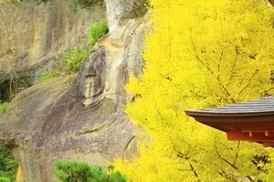 秋の達谷窟毘沙門堂の写真素材 [FYI02680391]