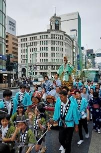 銀座四丁目をいく山王祭の祭行列の写真素材 [FYI02680463]