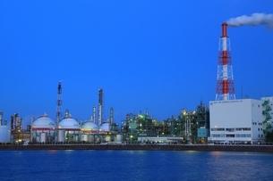 四日市コンビナート 工場夜景の写真素材 [FYI02680497]
