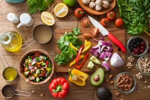 サラダの調理風景の写真素材 [FYI02680580]