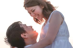 見つめ合う幸せそうな新郎新婦の写真素材 [FYI02680810]