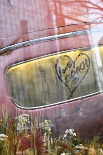 ショーウィンドウの車に写る風景の写真素材 [FYI02680833]
