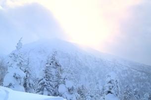 十勝岳温泉から望む彩雲の写真素材 [FYI02680847]