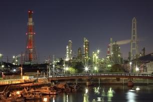 四日市コンビナート 工場夜景の写真素材 [FYI02680866]