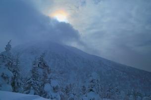 十勝岳温泉から望む彩雲の写真素材 [FYI02680867]