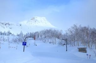 十勝岳温泉から望む十勝岳連峰三段山の写真素材 [FYI02680960]