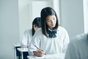 教室で模試を受ける女子高校生の写真素材 [FYI02681224]