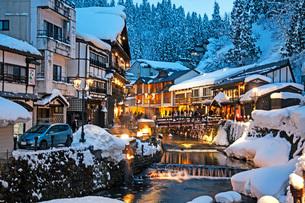 冬の銀山温泉の写真素材 [FYI02681255]