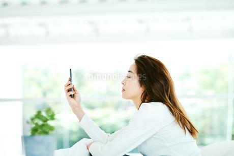 スマートフォンをチェックする女性の写真素材 [FYI02681263]