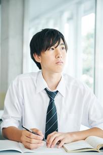 塾で授業を受ける男子高校生の写真素材 [FYI02681342]