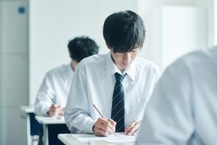 教室で模試を受ける男子高生の写真素材 [FYI02681380]