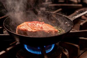 ジューシーな照りがある肉を焼いているの写真素材 [FYI02681509]