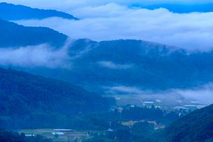 朝霧の桧原湖の写真素材 [FYI02681514]