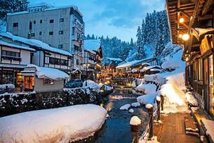 冬の銀山温泉の写真素材 [FYI02681532]