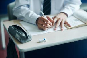 教室で模試を受ける男子高生の手元の写真素材 [FYI02681579]