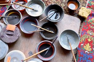 リシタンの陶器を色づけする道具の写真素材 [FYI02681708]