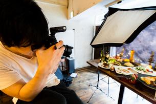 料理写真撮影を行うカメラマンの写真素材 [FYI02681722]