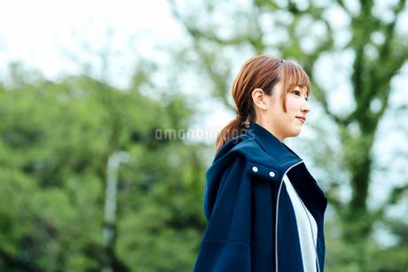 自然の中を歩く若い女性の写真素材 [FYI02681747]